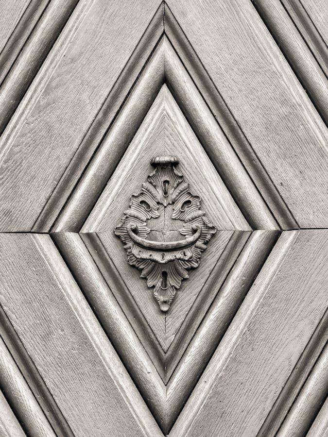 在古色古香的门的葡萄酒门把 免版税图库摄影