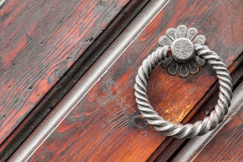 在古色古香的门的葡萄酒门把 库存图片