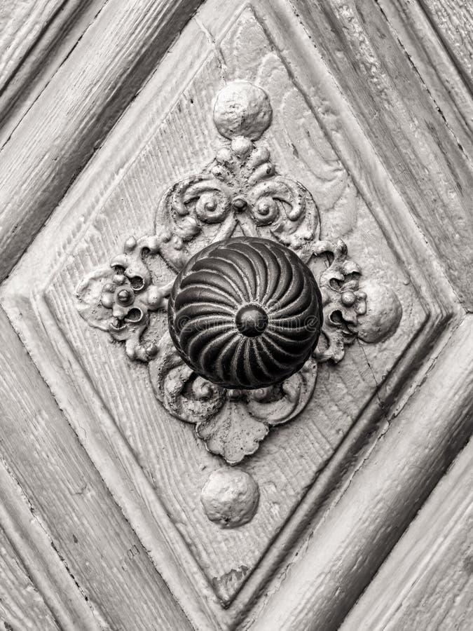 在古色古香的门的葡萄酒门把 免版税库存照片