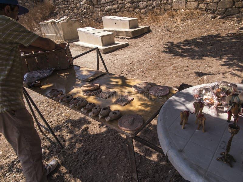在古董和纪念品的路旁贸易在塞瓦斯蒂亚附近废墟的Samaria  免版税库存照片