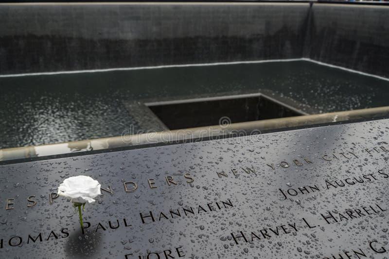 在古铜色墙壁上题写的受害者的名字围拢南塔脚印在9 11纪念品 免版税图库摄影