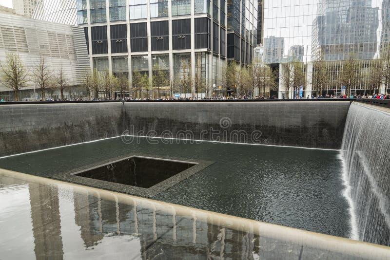 在古铜色墙壁上题写的受害者的名字围拢南塔脚印在9 11纪念品 库存照片