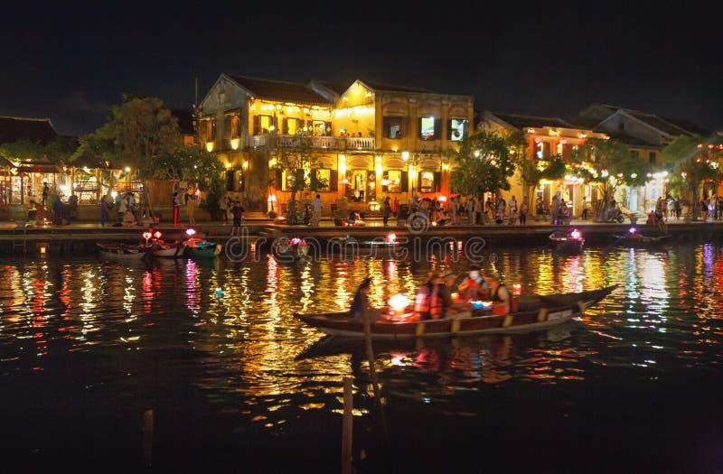 在古镇会安市,越南的夜航船乘驾 免版税库存照片