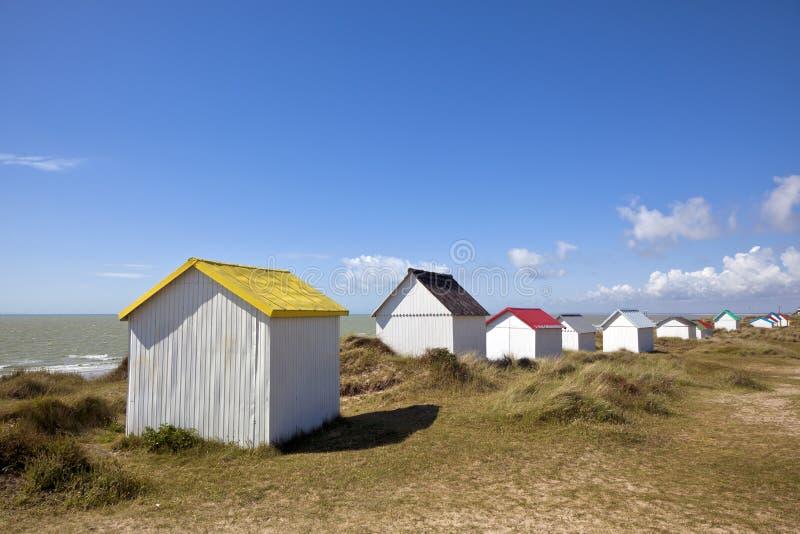 在古维尔苏尔梅尔,诺曼底的五颜六色的海滩客舱 免版税图库摄影