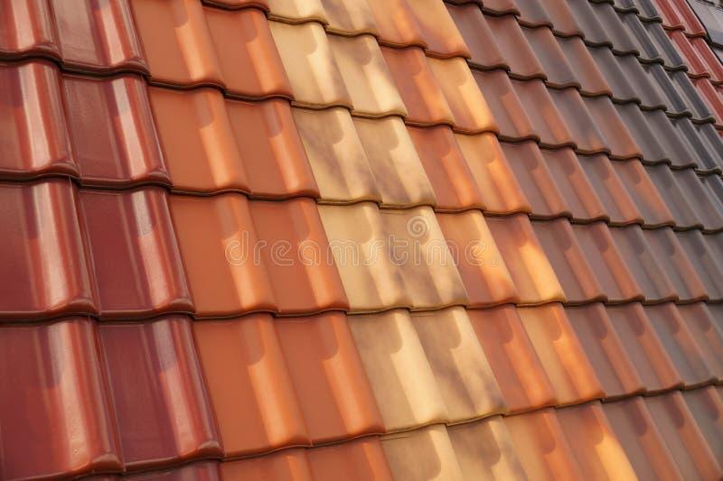 在另外形状和颜色的经典瓷砖 耐久的屋顶盖子 免版税库存图片