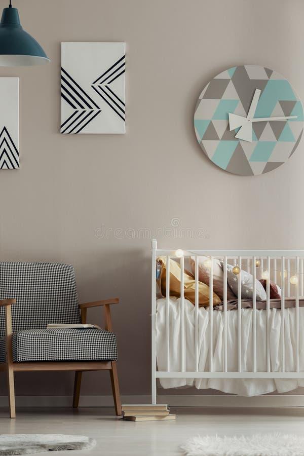 在可爱宝贝卧室米黄墙壁上的花梢时钟  免版税库存照片