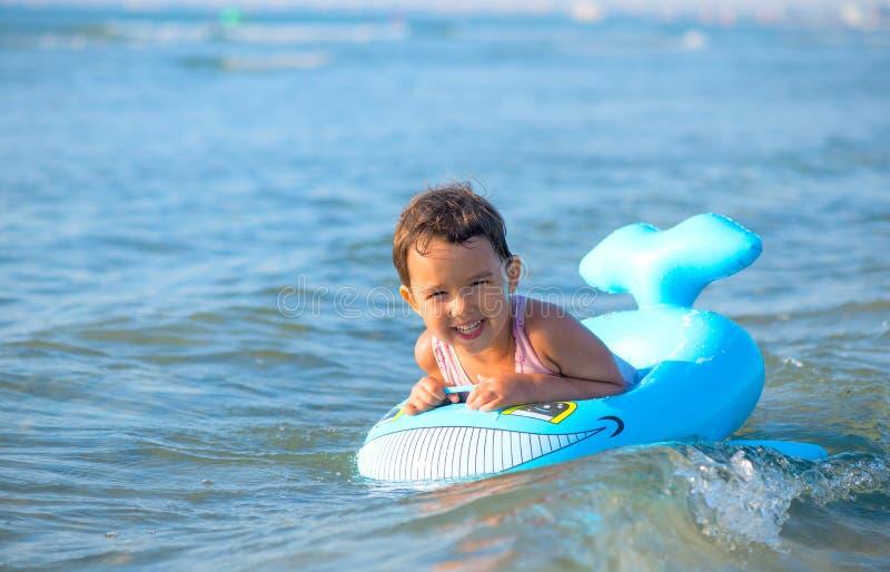在可膨胀的小女孩游泳在海 库存照片