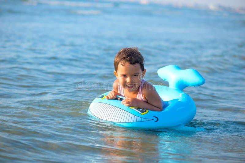 在可膨胀的小女孩游泳在海 图库摄影