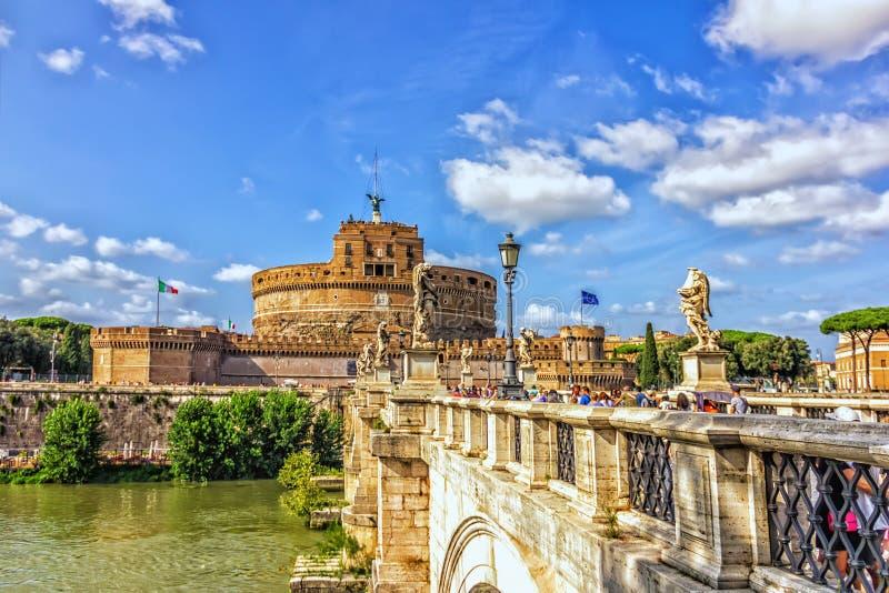 在台伯河和Castel Sant `安吉洛的Ponte Sant `安吉洛在Parco阿德里亚诺,罗马 库存照片