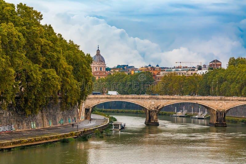 在台伯河的罗马都市风景日落的 库存照片