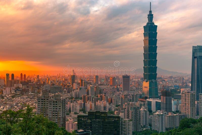 在台北市地平线的日落以后 图库摄影