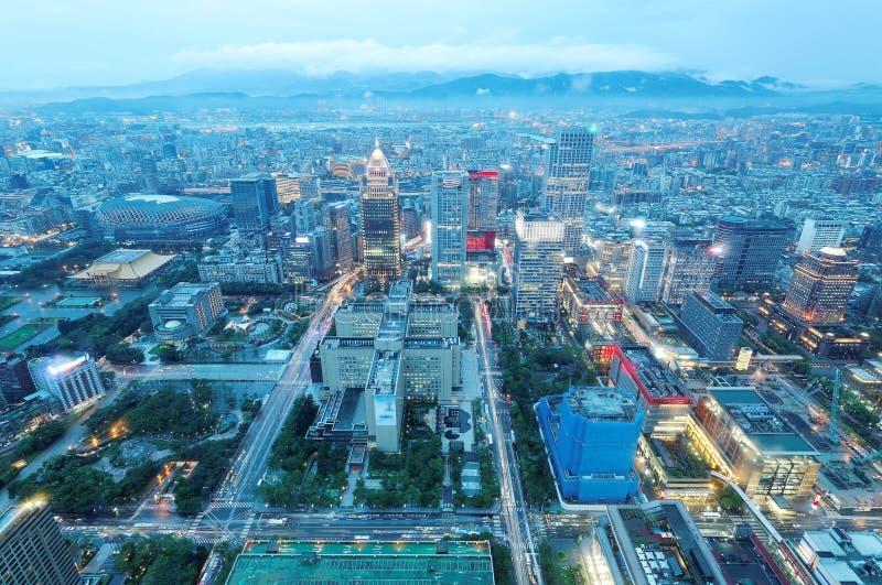在台北市的空中全景形式台北101塔在晚上微明下,有信益商业地区下看法和街市 免版税图库摄影