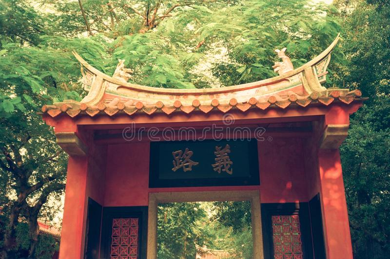 """在台南孔子寺庙,台湾西方墙壁上的""""Yilu†门  免版税库存照片"""