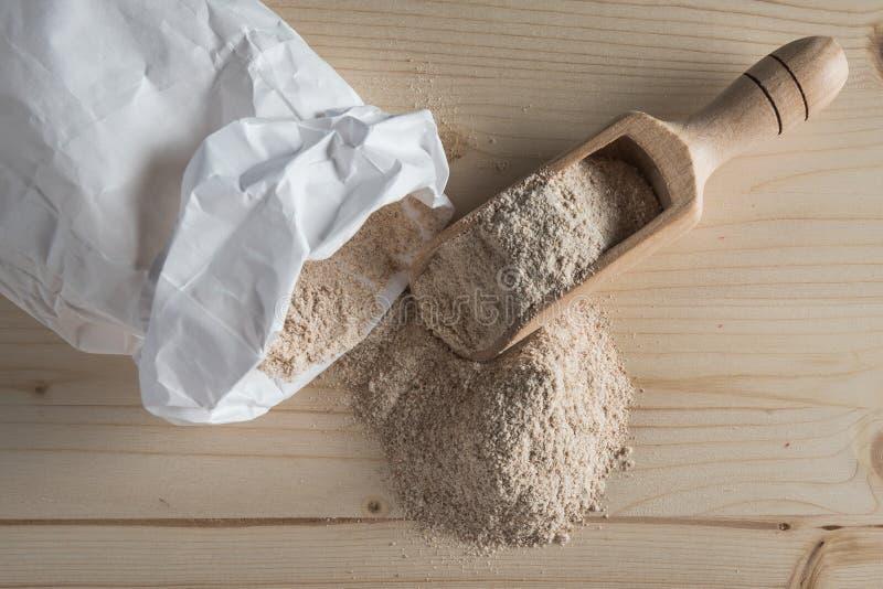 在台式的全麦面粉 免版税库存照片