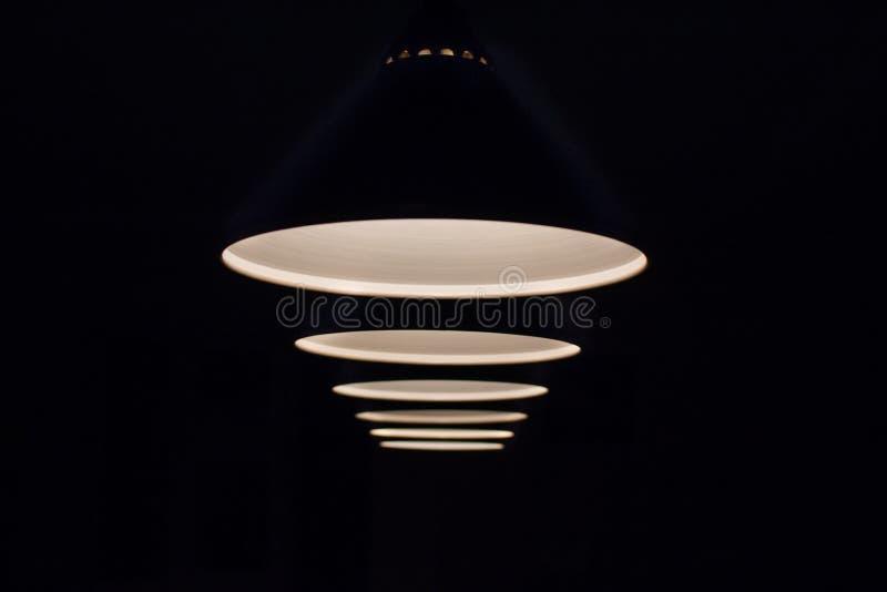 在台球台上的灯在黑暗发光 库存图片