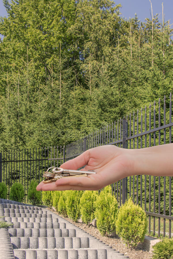 在台阶前面的提供的钥匙对家 免版税库存图片