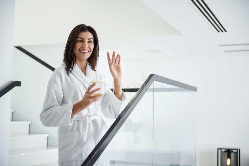 在台阶和挥动的手的迷人的少女身分 库存照片