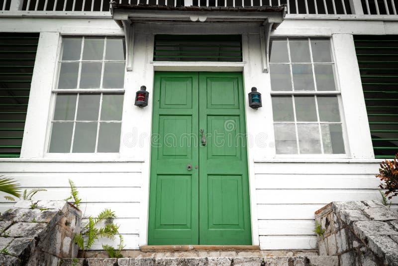 在台阶楼梯顶部的绿色双门正门在葡萄酒房子/家 免版税图库摄影