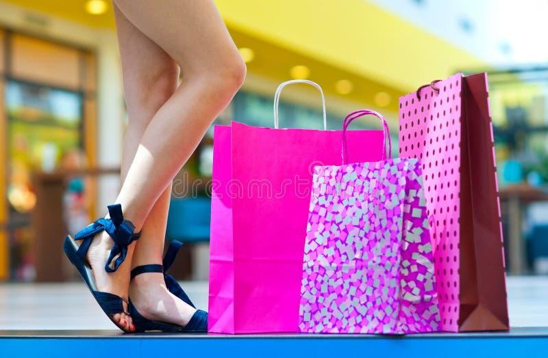 在台阶的购物袋在妇女脚旁边 免版税库存图片