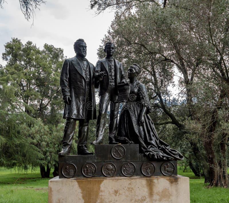 在史丹福大学校园-帕洛阿尔托,加利福尼亚,美国的利兰和珍妮斯坦福和利兰・斯坦福小辈雕象 免版税库存图片