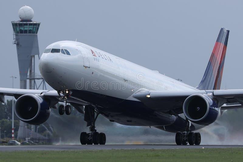 在史基普机场,AMS阿姆斯特丹的达美航空着陆 库存图片