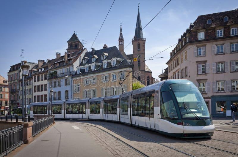 在史特拉斯堡,法国街道上的现代电车  免版税库存图片