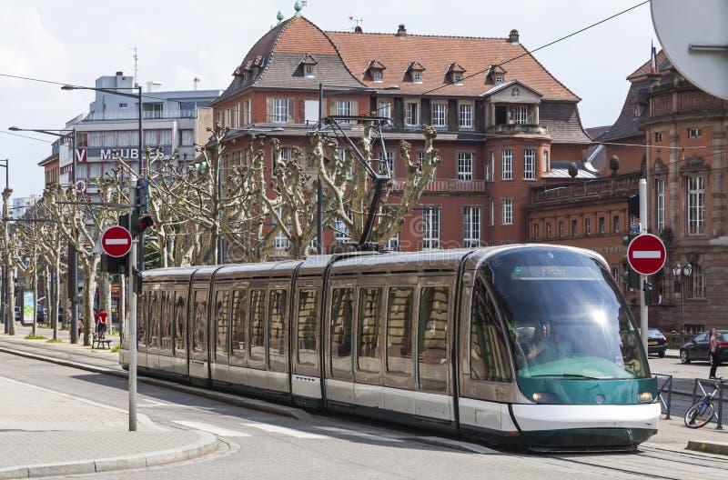 在史特拉斯堡,法国街道上的现代电车  免版税图库摄影
