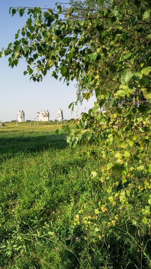 在叶子的金黄阳光在Panfilov英雄旁边纪念品, Dubosekovo,莫斯科地区,俄罗斯 免版税库存图片