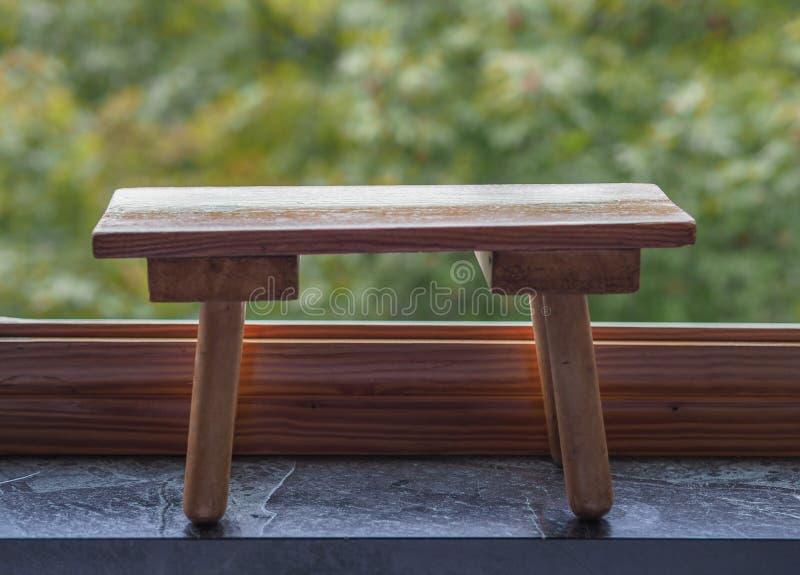 在叶子的长木凳 免版税库存图片