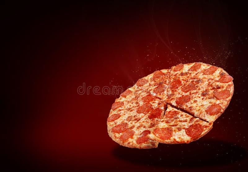 在叹气的传统意大利薄饼玛格丽塔酒飞行在与一片被切的薄饼的深红背景在旁边 库存图片