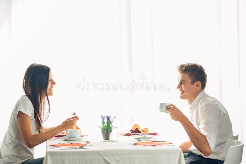 在吃午餐的餐馆的愉快的夫妇 谈话在膳食 旅馆全盘,所有包含逗留 旅行,日期,食物,生活方式 免版税库存图片