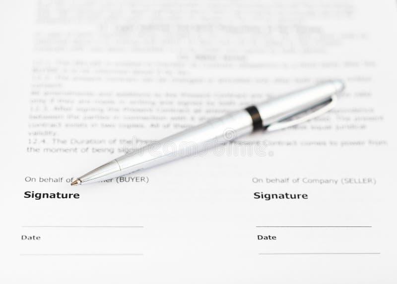 在合同署名页的银色笔  库存图片