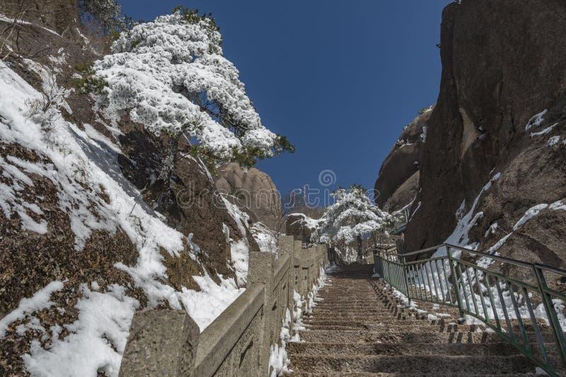 在合肥,与明亮的天空的瓷的Huangchan山 免版税图库摄影