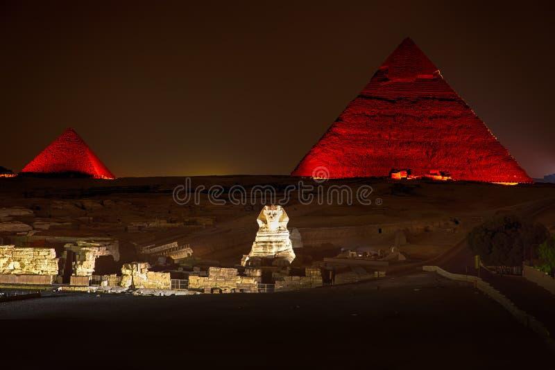 在吉萨棉,埃及enlighted金字塔的夜视图  免版税库存图片