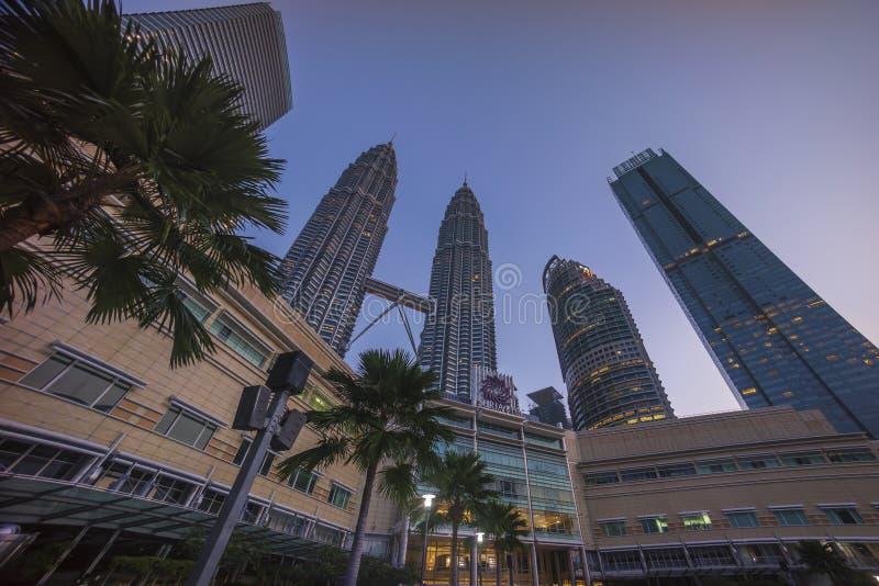 在吉隆坡市地平线的日出与天然碱KLCC姊妹楼 免版税库存照片