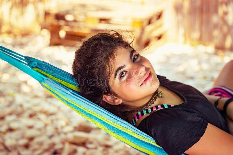 在吊床上休息的小女孩 免版税库存图片