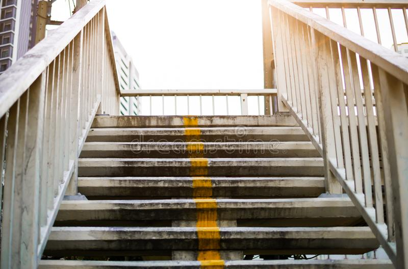 在吊灯电灯泡的台阶在天顶部反射道路希望和下一个步骤 免版税库存图片