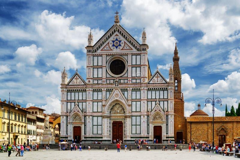在同一个名字的正方形的大教堂二三塔Croce 佛罗伦萨 免版税库存照片