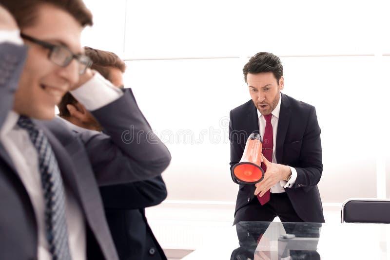 在同事的经理叫喊在业务会议期间 免版税库存照片