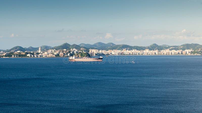 在后勤的进出口和的事务的集装箱船,夺取在瓜纳巴拉湾,里约热内卢,巴西 图库摄影