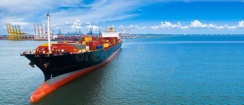 在后勤进出口的事务的空中侧视图集装箱船运载的国际性组织的容器和运输  免版税库存照片