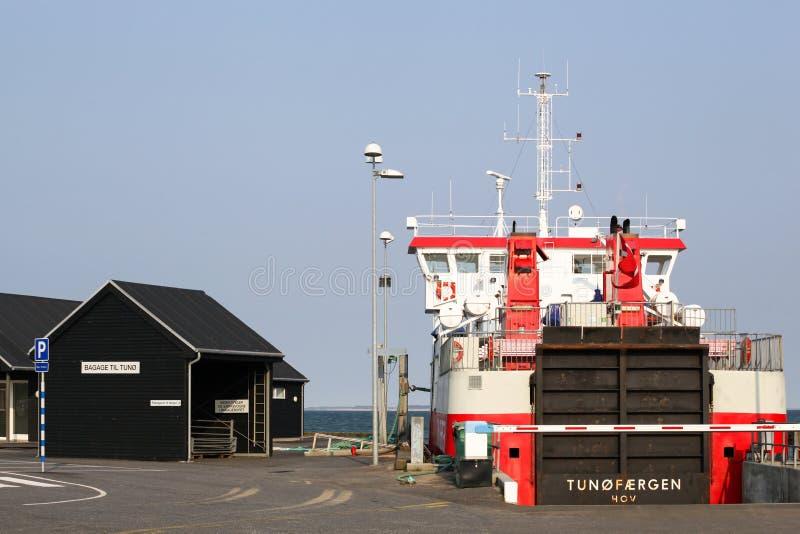 在后屿和无车的海岛Tuno之间的轮渡航行在丹麦 免版税库存图片