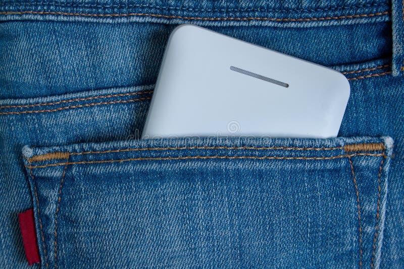 在后方牛仔裤口袋的手机 库存图片