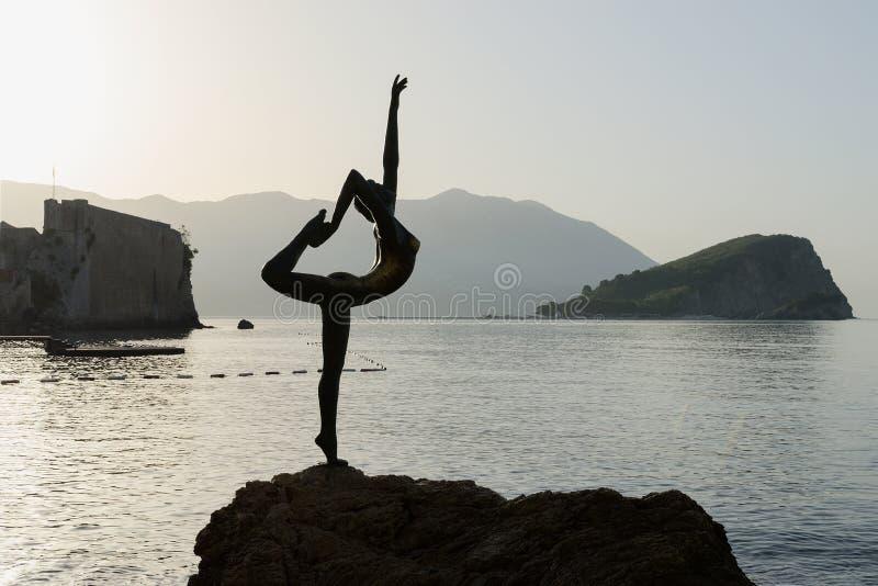 在后照的早晨,黑山雕刻芭蕾舞女演员(布德瓦的舞蹈家) 免版税图库摄影