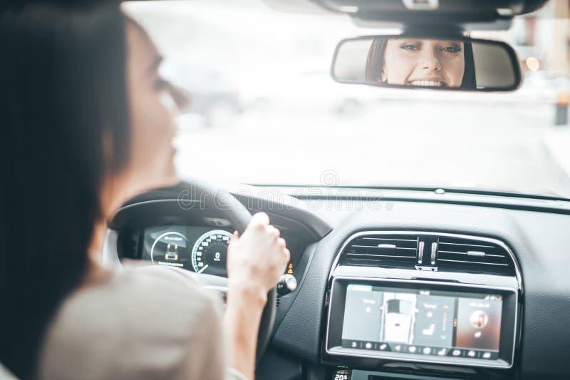 在后视镜的司机 免版税库存图片