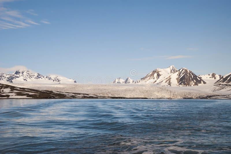 在后边海和山上的冰川,斯瓦尔巴特群岛,北极 库存图片
