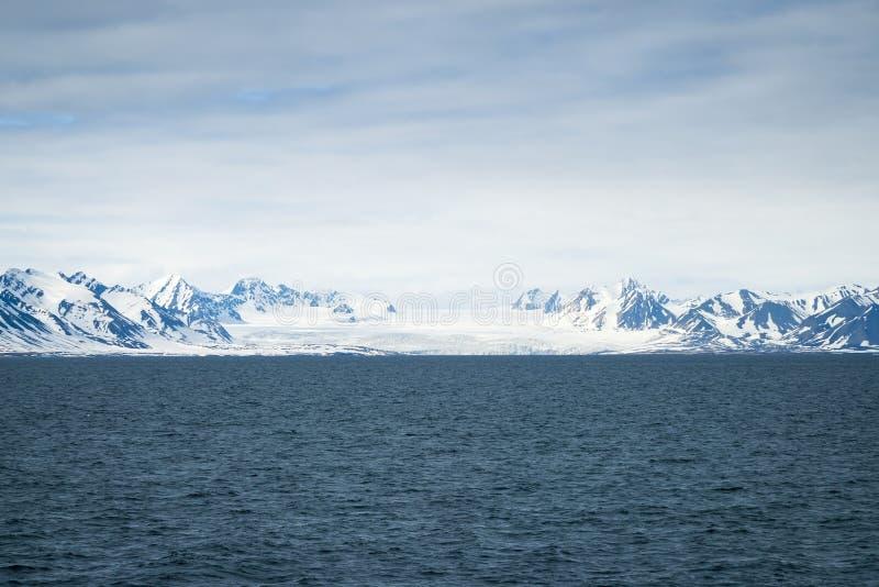 在后边海和山上的冰川,斯瓦尔巴特群岛,北极 免版税库存照片