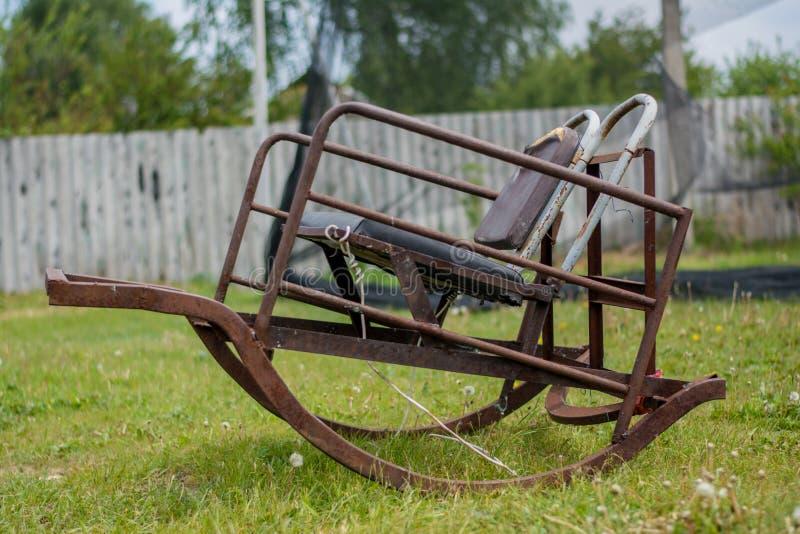 在后院的老摇椅 免版税图库摄影