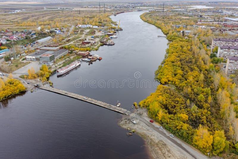 在吐拉河的舟桥 秋明州 俄国 免版税库存图片
