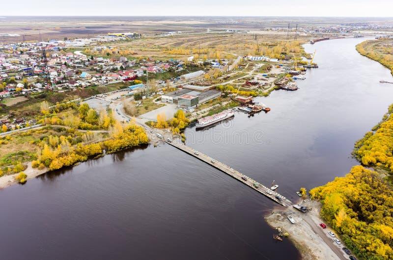 在吐拉河的舟桥 秋明州 俄国 库存照片